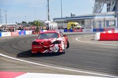 Rode auto'safwijking voor het publiek stock afbeelding