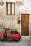Rode autoped in de straat Stock Foto