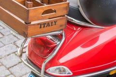 Rode autoped met een houten doos op het bagagerek met de inschrijving Italië stock foto's