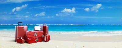 Rode Bagage bij het strand Stock Fotografie