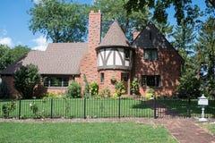 Rode Baksteen Engels Tudor House met Rond Torentje Royalty-vrije Stock Fotografie