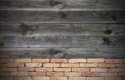 Rode baksteen grunge muur en houten muur Royalty-vrije Stock Foto's