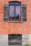 Rode Baksteen & Oud Shuttered-Venster Royalty-vrije Stock Afbeelding