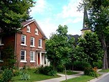 Rode baksteenhuis en vegetatie royalty-vrije stock foto