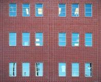 Rode bakstenen en vensters die de architectuur van de bureaumuur de stad in bouwen Stock Afbeelding