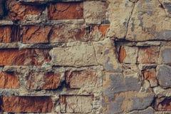 Rode bakstenen muur in de barsten Verbrijzelde bakstenen muur dicht omhoog Oude geru?neerde bakstenen muur Dilapidated bakstenen  royalty-vrije stock fotografie