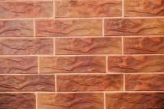 Rode Bakstenen muur Decoratieve baksteen met kunstmatige tekorten en barsten Textuur van decoratieve tegels in vorm van baksteen stock foto