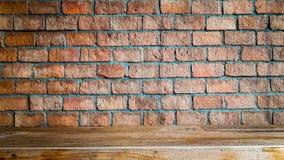 Rode bakstenen muur en houten vloerachtergrond, ruimte binnenlandse wijnoogst Royalty-vrije Stock Foto's