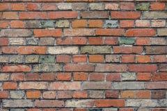 Rode bakstenen muur met kleurrijke gekleurde bakstenen, rood, groen, grijs, bruin in de zomer in Brugge, België, rode muurtextuur royalty-vrije stock afbeeldingen