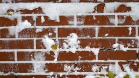 Rode bakstenen muur met sneeuwachtergrond royalty-vrije stock foto