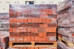 Rode bakstenen op de bouwwerf Stock Foto