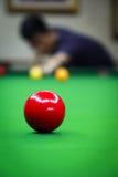 Rode Bal Backgrouded met Mens het Spelen Snooker stock fotografie