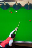 Rode Bal en Snookerspeler, de snooker van het mensenspel stock afbeeldingen