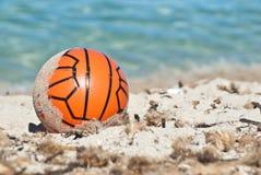 Rode bal in het zand Royalty-vrije Stock Afbeeldingen