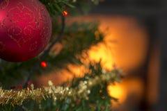 Rode bal op de tak van een verfraaide Kerstmisboom Stock Afbeelding