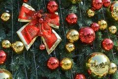 Rode Bal op Kerstboom Stock Fotografie