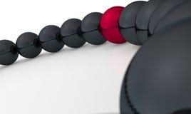 Rode bal in rij van zwarte degenen Stock Foto's