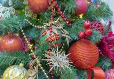 Rode ballen en gouden sneeuwvlokken op de Kerstboom royalty-vrije stock foto