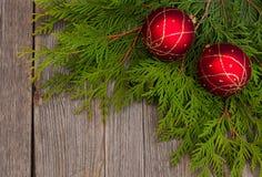 Rode ballen op houten lijst Stock Afbeeldingen