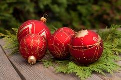 Rode ballen op houten lijst Royalty-vrije Stock Afbeelding