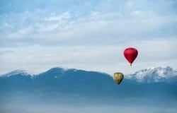 Rode ballon in de blauwe hemel Stock Afbeelding