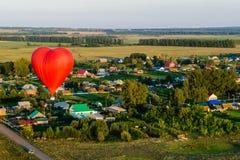 Rode ballon in de vorm van hart Stock Foto's