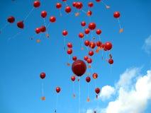 Rode Ballons in de Hemel Stock Afbeeldingen