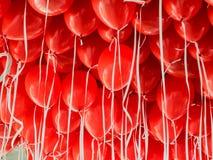 Rode ballons die onder een plafond hangen Stock Fotografie