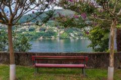 Rode Bank die Meer Lugano in Zwitserland overzien Stock Afbeeldingen