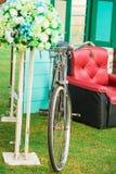 Rode bank met uitstekende fiets en bloem Royalty-vrije Stock Afbeelding