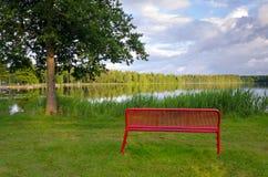 Rode bank op een meerkust Royalty-vrije Stock Afbeeldingen