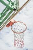 Rode basketbalhoepel en witte wolk stock foto's