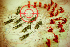 Rode beeldzoeker over rebellen op Afganistan-grondgebied: nadruk op Afganistan-conflict Stock Foto