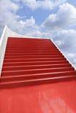 Rode beklede trap in de wolken Stock Fotografie