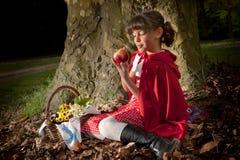 Rode berijdende kap met appel Royalty-vrije Stock Afbeeldingen