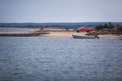 Rode bestelwagen op een kust met een boot royalty-vrije stock foto's