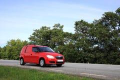 Rode bestelwagen op weg Stock Afbeelding