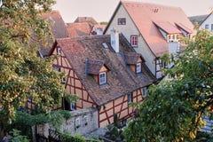 Rode Betegelde Dakbovenkanten op half Betimmerde Middeleeuwse Huizen Romantische Weg stock fotografie