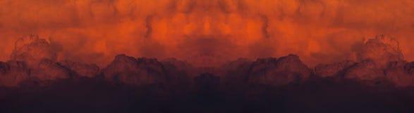 Rode bewolkte zonsondergang na een reusachtige bosbrand stock foto