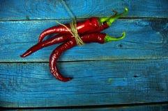 Rode bittere peper op een oude houten achtergrond stock foto