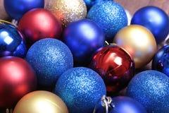 Rode, blauwe en gouden Kerstmisballen op een houten achtergrond Stock Afbeelding