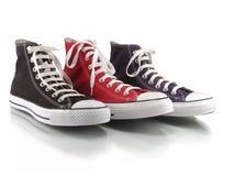 Rode, blauwe en zwarte klassieke tennisschoenen Stock Afbeelding