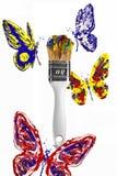 Rode blauwe gele vlinders die boven penseel vliegen Royalty-vrije Stock Afbeeldingen