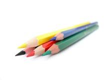 Rode, blauwe, groene, zwarte, gele potloden Stock Foto's