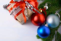 Rode, blauwe, lichtblauwe, zilveren Kerstmisornamenten en giftdoos Royalty-vrije Stock Afbeelding