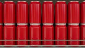 Rode blikken zonder embleem bij supermarkt Frisdranken of bier op de plank van de kruidenierswinkelopslag Moderne recycling verpa Royalty-vrije Stock Foto's