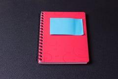 Rode blocnote op een spiraal met een sticker stock foto