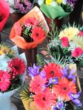 Rode bloemen in bouqets royalty-vrije stock afbeeldingen