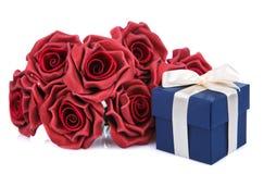 Rode bloemen en blauwe giftdoos Royalty-vrije Stock Foto's