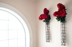 Rode Bloemen naast Venster Royalty-vrije Stock Afbeelding